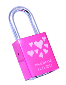 Iinan ja Masan kaiverrus Love Locks -lemmenlukkoon.